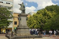 人们做小组照片在纪念碑给克里斯托弗・哥伦布在圣多明哥,多米尼加共和国 免版税库存图片