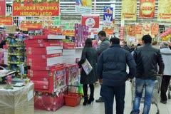 人们做购物和选择礼物在圣诞节前在超级市场 库存照片