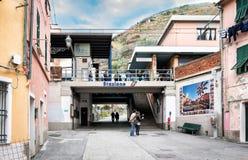 人们停留靠近小火车站在韦尔纳扎镇,五乡地国家公园,意大利 免版税库存图片