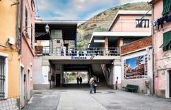 人们停留靠近小火车站在韦尔纳扎镇,五乡地国家公园,意大利 免版税图库摄影