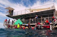 人们准备对潜航并且从平台潜水在Gr 图库摄影