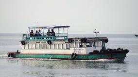 人们到土地乘小船从Si张海岛 免版税库存图片