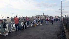 人们从加拉塔桥梁钓鱼在伊斯坦布尔 免版税库存图片