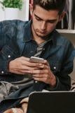 人移动电话年轻人 免版税库存照片