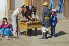 人们卖纪念品在入口到Erdene Zuu修道院在Kharkhorin,蒙古 库存照片