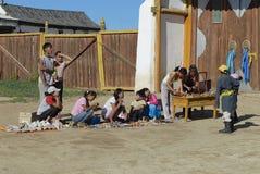 人们卖纪念品在入口对Erdene Zuu monasteryin Kharkhorin,蒙古 免版税库存照片