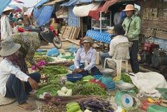 人们卖菜在地方市场上在暹粒,柬埔寨 免版税库存图片