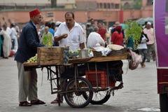 人们卖食物在Jemaa el Fna广场在日落 免版税库存图片