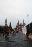 人们参加俄罗斯市场书  免版税库存图片