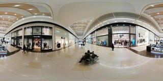 人们参观大哥伦布购物中心周末 图库摄影