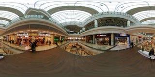 人们参观大哥伦布购物中心周末 免版税图库摄影