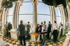 人们参观钟楼的上面在广场圣marco 免版税库存照片