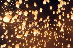 人们发布Khom Loi,在伊彭或Loi Krathong节日期间的天空灯笼 免版税库存照片