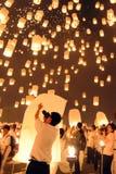 人们发布Khom Loi,在伊彭或Loi Krathong节日期间的天空灯笼 免版税库存图片
