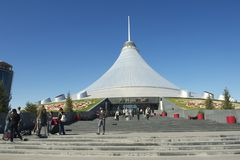 人们从可汗Shatyr输入并且退出在阿斯塔纳,哈萨克斯坦 库存图片