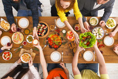 人们吃健康饭食在服务的桌晚餐会 免版税图库摄影