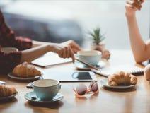 人们吃午餐在会议在咖啡馆,工作午餐概念上 免版税图库摄影
