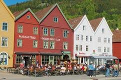 人们吃午餐在街道餐馆在Bruggen在卑尔根,挪威 免版税库存照片