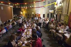 人们吃室外的晚餐在Calcada在里斯本做杜克 库存照片