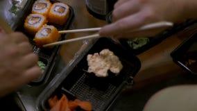 人们吃寿司和卷日本人筷子 影视素材