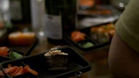 人们吃寿司和卷日本人筷子 股票录像