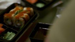 人们吃寿司和卷日本人筷子 股票视频