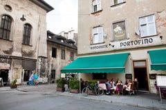 人们吃晚餐在意大利餐馆室外大阳台  图库摄影