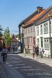 人们向被铺的街道Bakklandet扔石头 库存图片