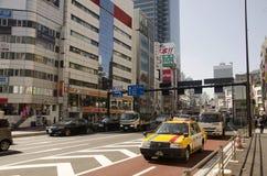 人们和交通路在新宿的连接点 图库摄影