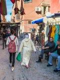 人们和商店马拉喀什,摩洛哥souks的  免版税库存照片