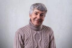 人们和情感 一个年长人的画象有充分灰色头发和明亮的眼睛的充满有的幸福看i的宜人的微笑 库存图片