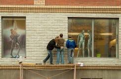 人们和时装模特临近陈列窗 免版税库存照片