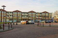 人们和汽车在停车场在街道Prinses Marijke上 免版税库存照片