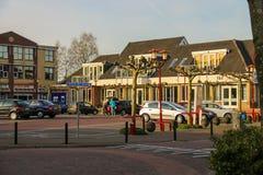 人们和汽车在停车处在Meerkerk,荷兰 库存图片