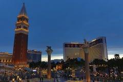 人们和汽车在小条,威尼斯式赌博娱乐场 库存照片