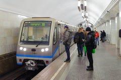 人们和火车在Kurskaya驻地2016年11月08日在Mos 库存照片