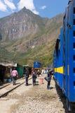 人们和行李在铁路轨道对马丘比丘,秘鲁 免版税库存照片