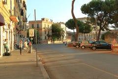 人们和车在广场Di波尔塔Maggiore在罗马, Ita 免版税库存照片