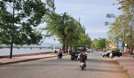 人们和车在街道上在Kep,柬埔寨 库存照片