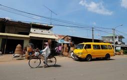 人们和车在街道上在Kep,柬埔寨 库存图片