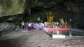 人们和金黄菩萨雕象在寺庙在洞,泰国里面 股票录像