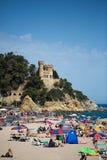 人们和阳伞在海滩 免版税库存照片