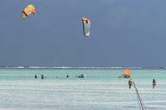 人们和风筝冲浪者 免版税库存照片