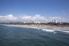 人们和风筝在圣塔蒙尼卡海滩 库存图片