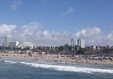 人们和风筝在圣塔蒙尼卡海滩 库存照片