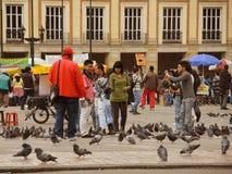 人们和鸠在波利瓦广场 图库摄影