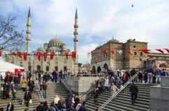 人们和鸽子在新的清真寺庭院附近 库存照片