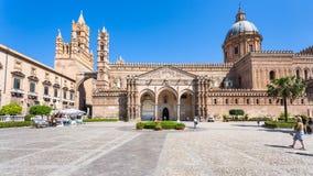 人们和巴勒莫大教堂正面图  免版税库存照片