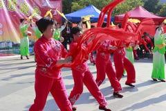 人们唱歌并且跳舞庆祝春节 免版税库存图片