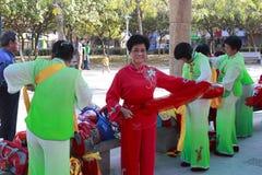 人们唱歌并且跳舞庆祝春节 免版税库存照片